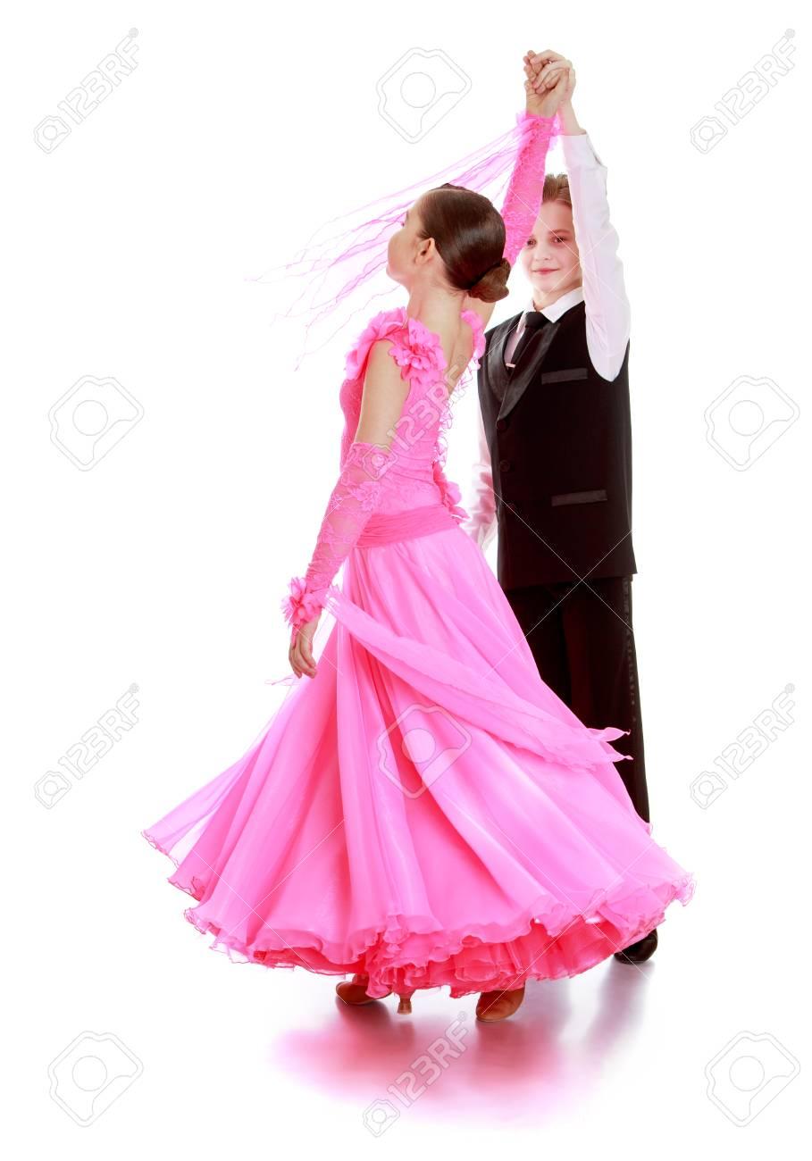 Garcon Et Fille D Age Scolaire Sont Engages Dans La Danse De Salon Le Garcon Est Vetu D Un Simple En Trois Fille Avec Magnifique Robe Longue Rose Vapeur Tourbillons Isole Sur Fond Blanc