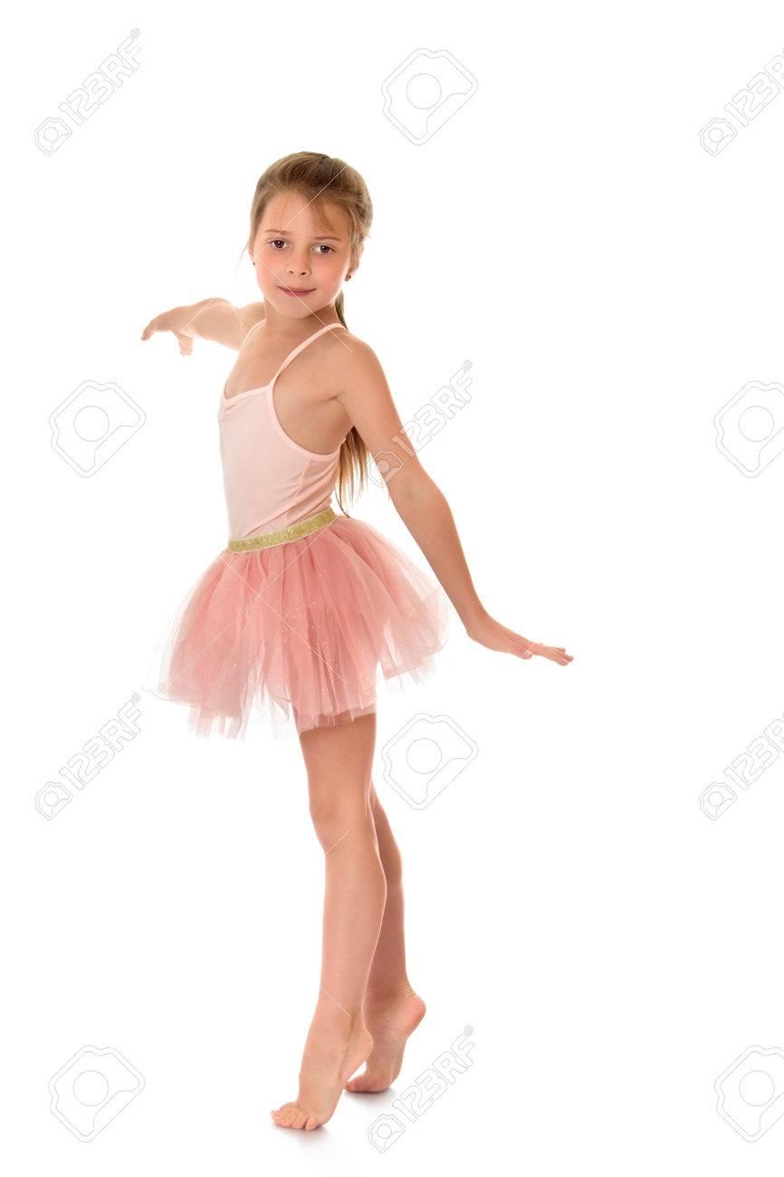 finest selection 2b963 5a576 Bella ragazza di età scolare in un vestito rosa ballerina. La ragazza aprì  le braccia di lato e in piedi sulla punta dei piedi nudi sul pavimento, ...