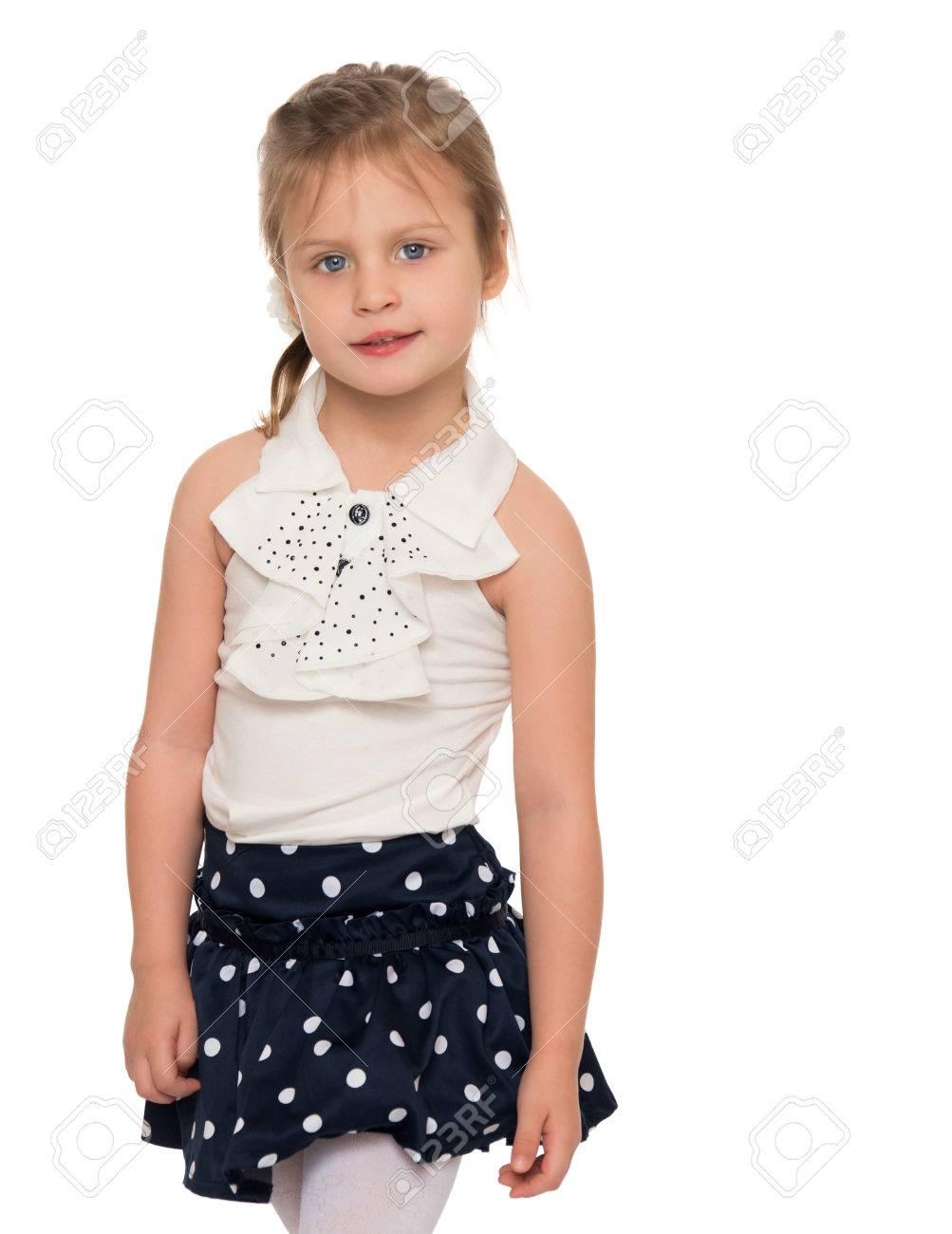 Schöne kleine Mädchen in einem schwarzen gepunkteten Rock und eine weiße  blouse.close-up af37453021
