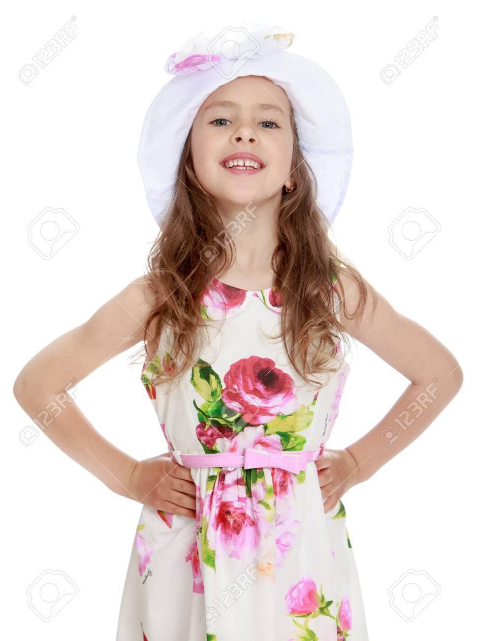 d0fbfd132751 La bella bambina in un vestito bianco da estate con grande è aumentato in  protezione bianca