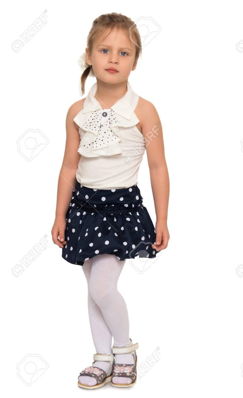 499f55ecdf853 Banque d images - Portrait de la belle petite fille dans la jupe à pois  courte - isolé sur fond blanc