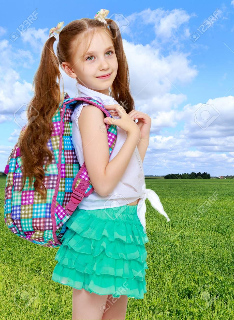 038f6b9c11673 Cute Petite Fille Aux Cheveux Longs à La Taille Quel Fil Tressé Des Rubans  Blancs. Dans Une Chemise Blanche Sans Motif Et Jupe Courte Vert.