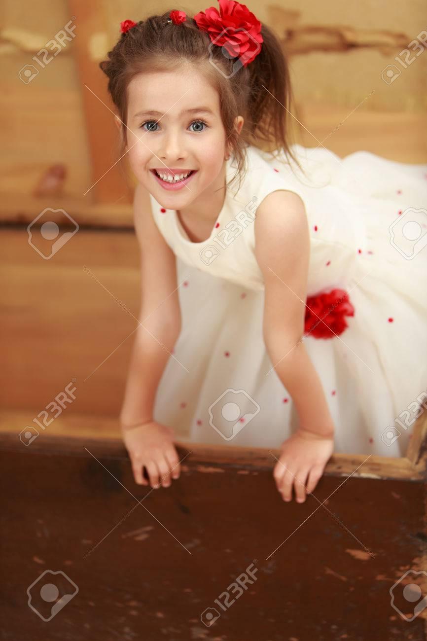 Con su vestido blanco ella se ve