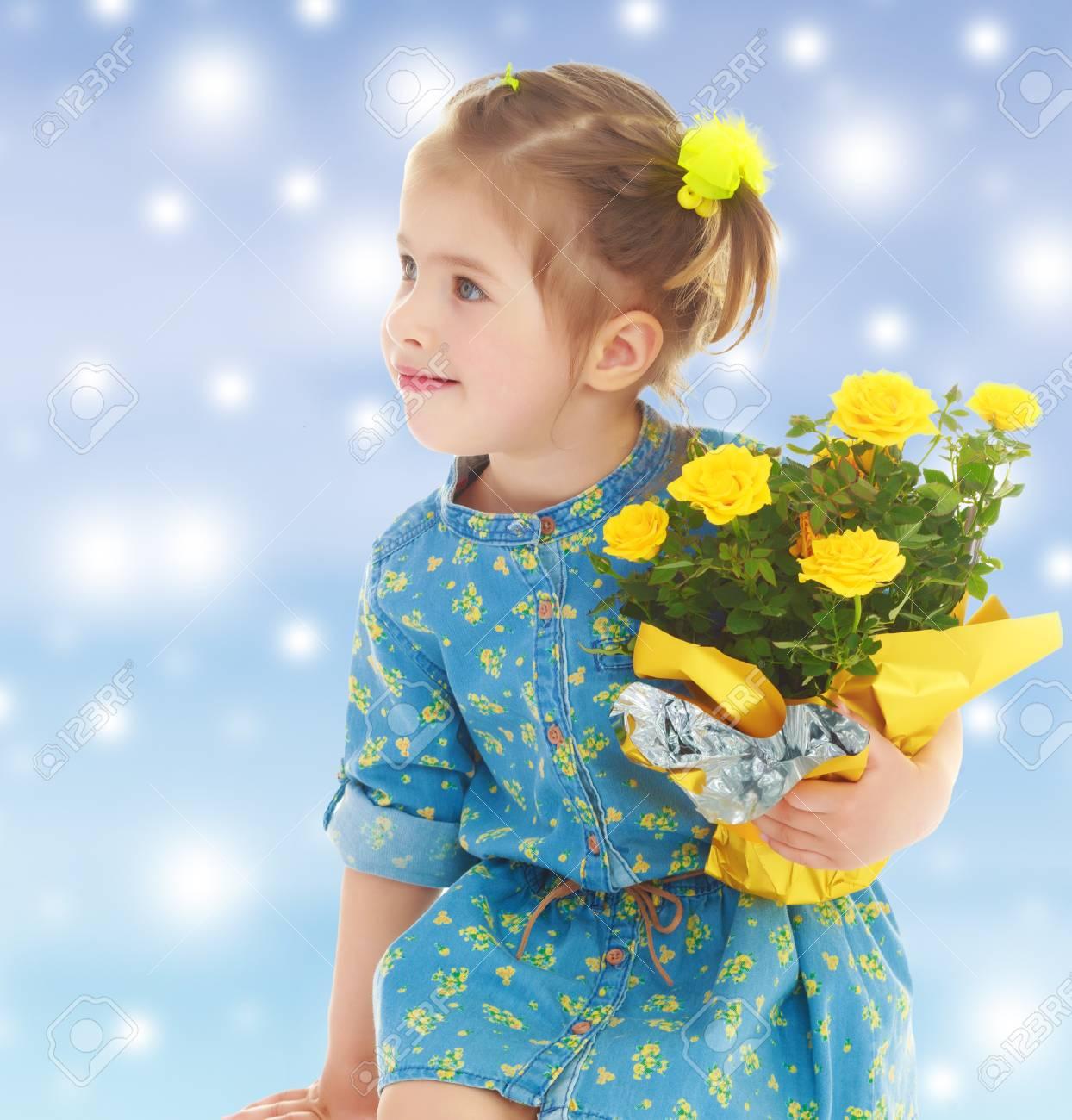 Nachdenkliches Kleines Mädchen In Einem Kurzen Sommer Robe, Ein ...