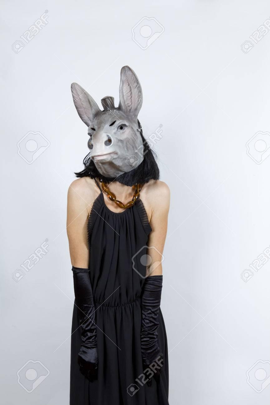 Llevaba De Con Y Máscara La Un Vestido Mujer Noche Guantes Una Burro ZwTOXkPiu