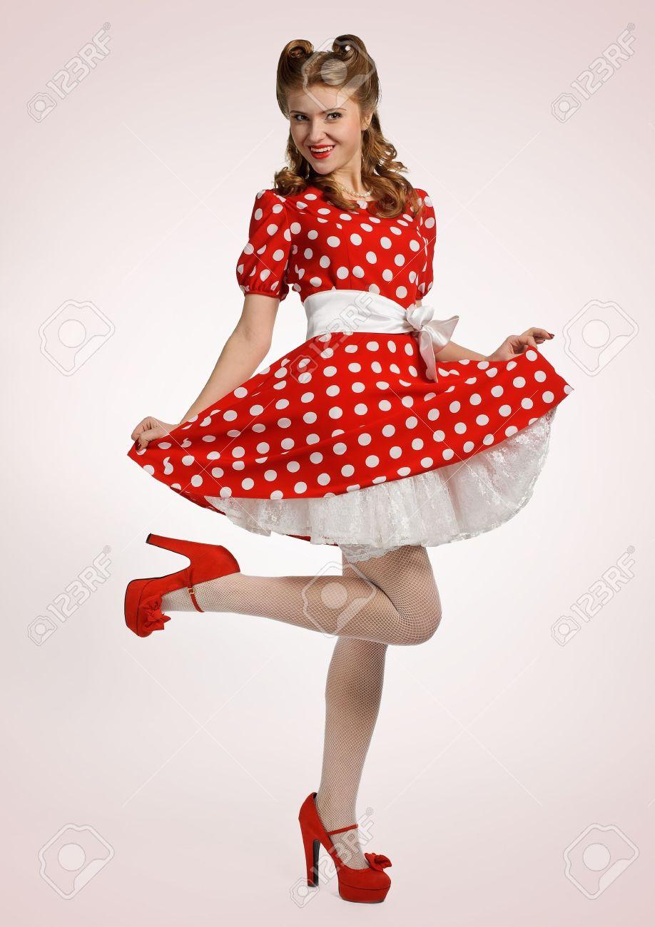 de style élégant couleurs et frappant magasiner pour le luxe Modèle de pin-up jolie dans une robe rouge et blanche de polkadot