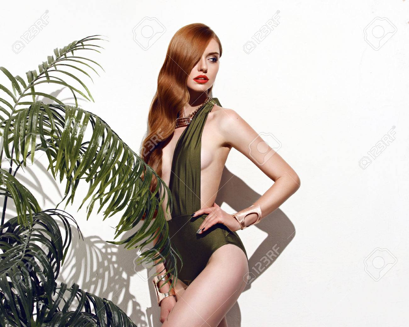 Fille Sexy En Maillot fille sexy avec des cheveux roux debout sur isolé sur fond blanc