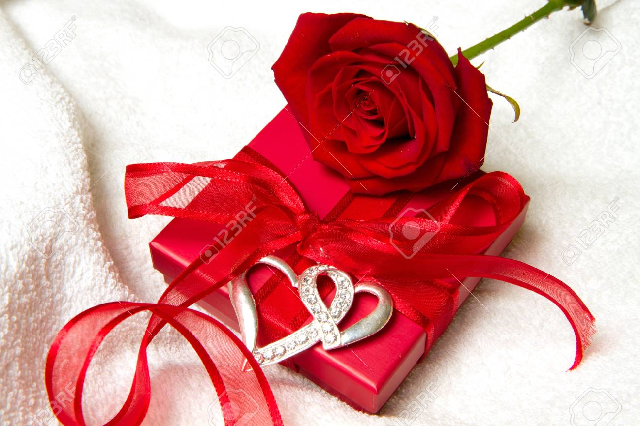 https://previews.123rf.com/images/lsantilli/lsantilli1101/lsantilli110100172/8714348-red-rose-and-gift-box-Stock-Photo-romantic-birthday.jpg