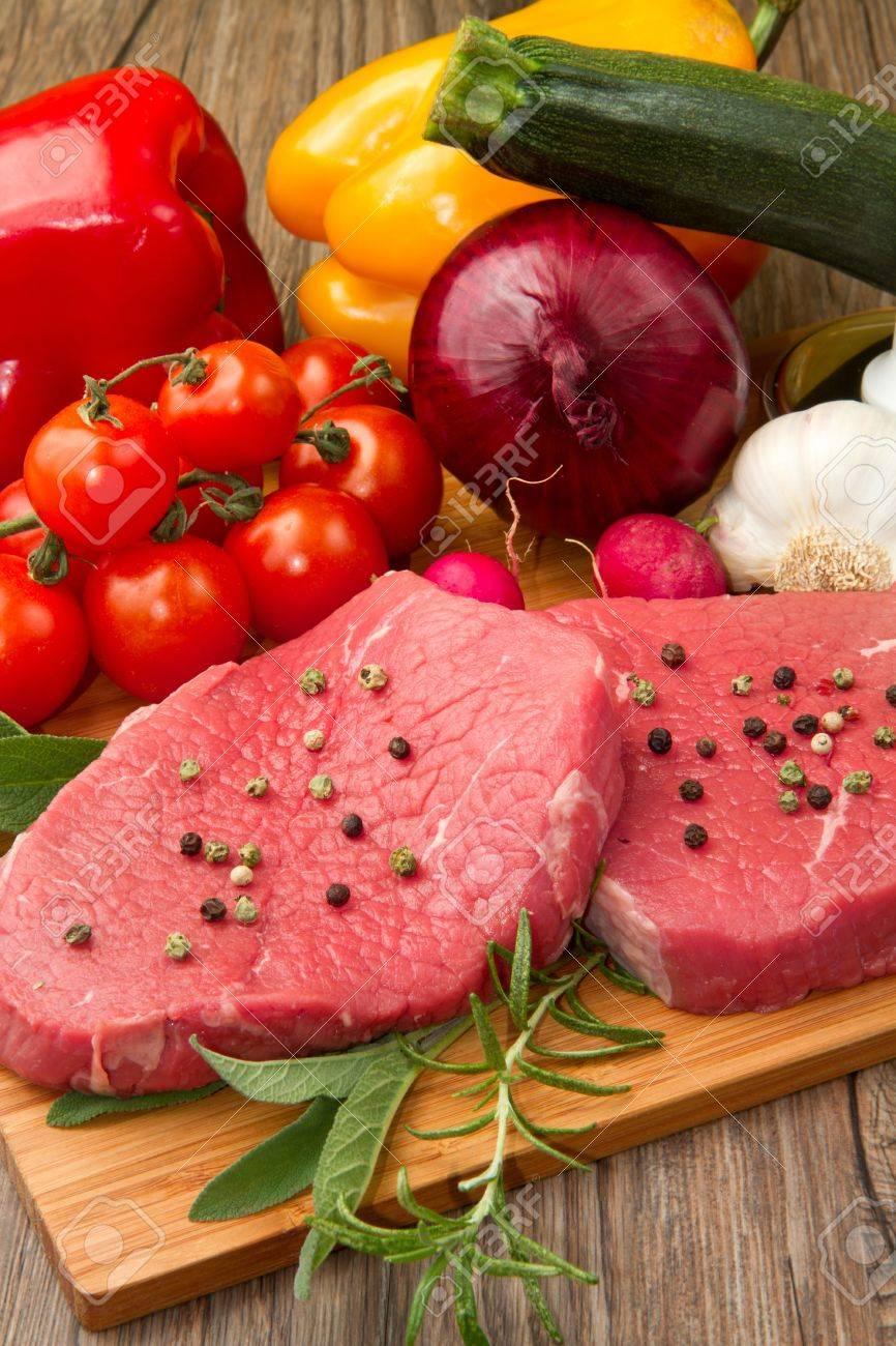 viande rouge avec des légumes frais Banque d'images - 9347775