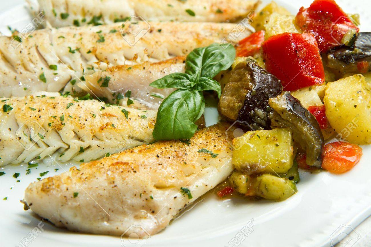 Tasty healthy fish fillet with vegetables Stock Photo - 14788595