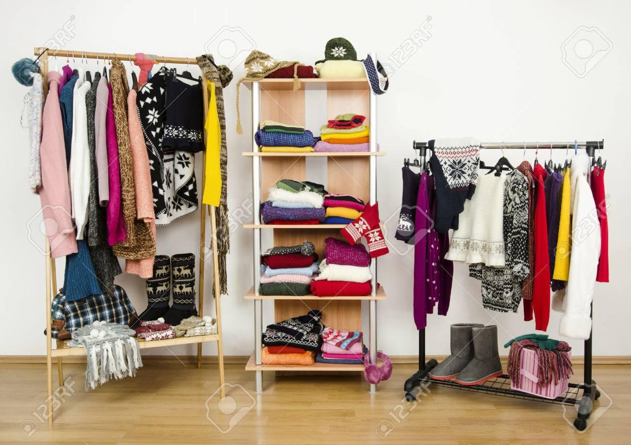 armario con ropa de invierno muy bien dispuestas armario vestidor con ropa de colores y accesorios