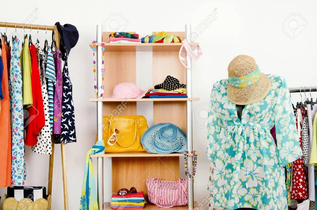 armario con ropa de verano muy bien dispuestas y un traje de playa en un armario