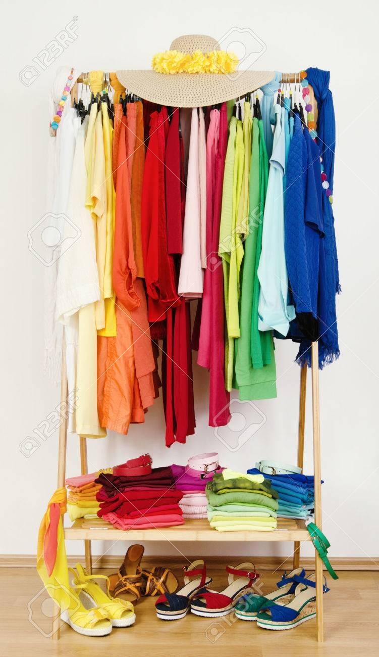 armario con ropa de verano muy bien ordenados por colores vestir armario con colores coordinados ropa