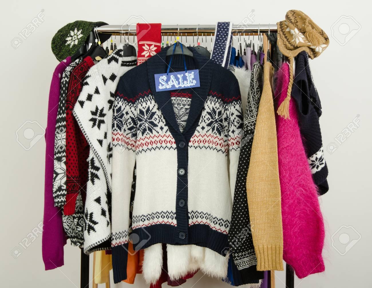 Netter Winter Pullover Auf Kleiderbügeln Mit Einem Großen ...