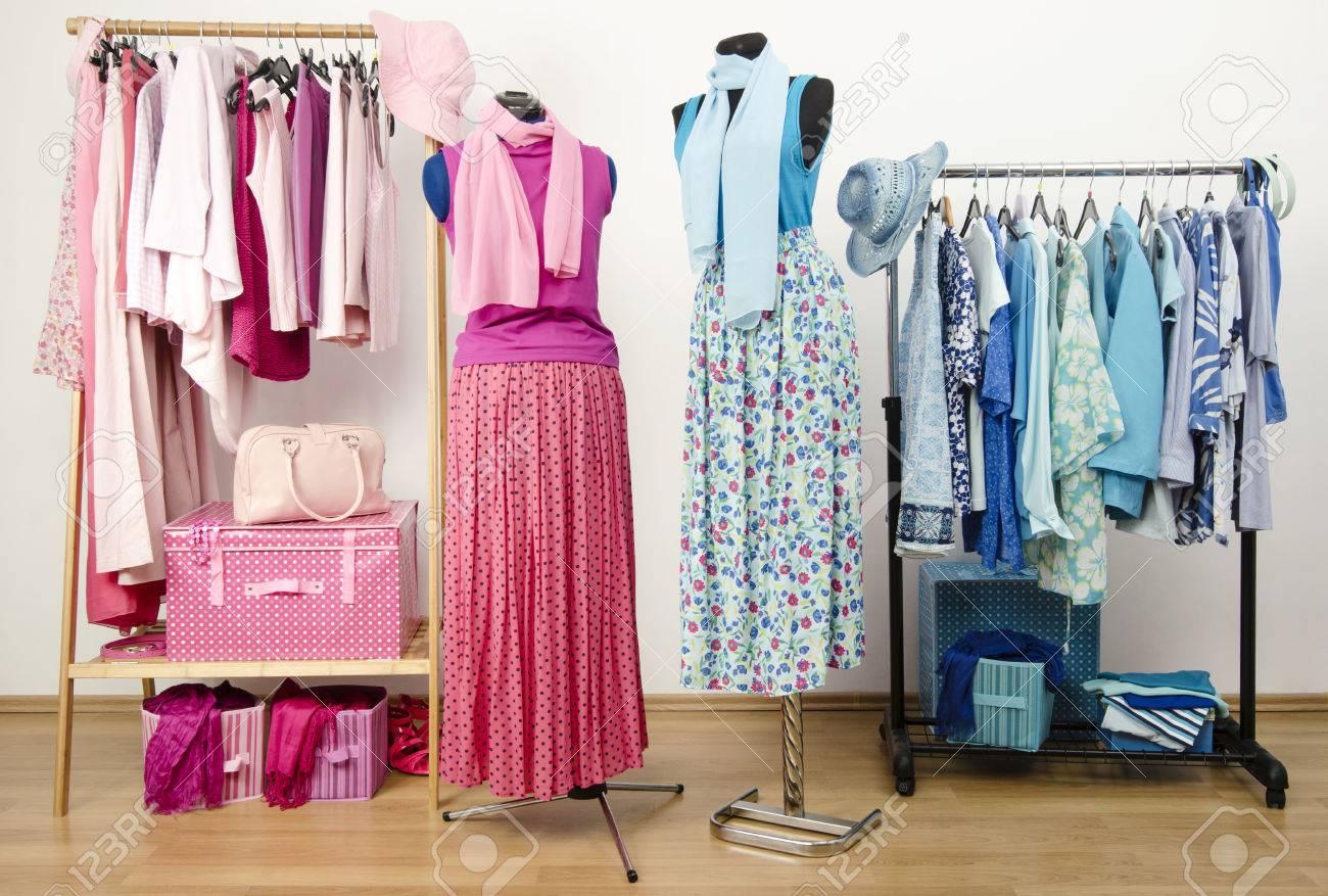 vestir armario con ropa de color rosa y azul dispuestos en perchas con el equipo en