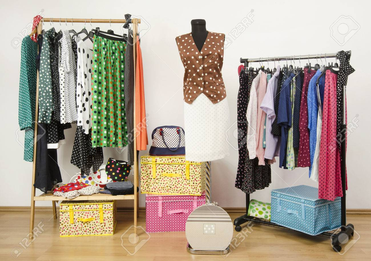 foto de archivo vestir armario con lunares ropa dispuestas sobre perchas y un traje en un maniqu vestuario colorido con lunares ropa y accesorios