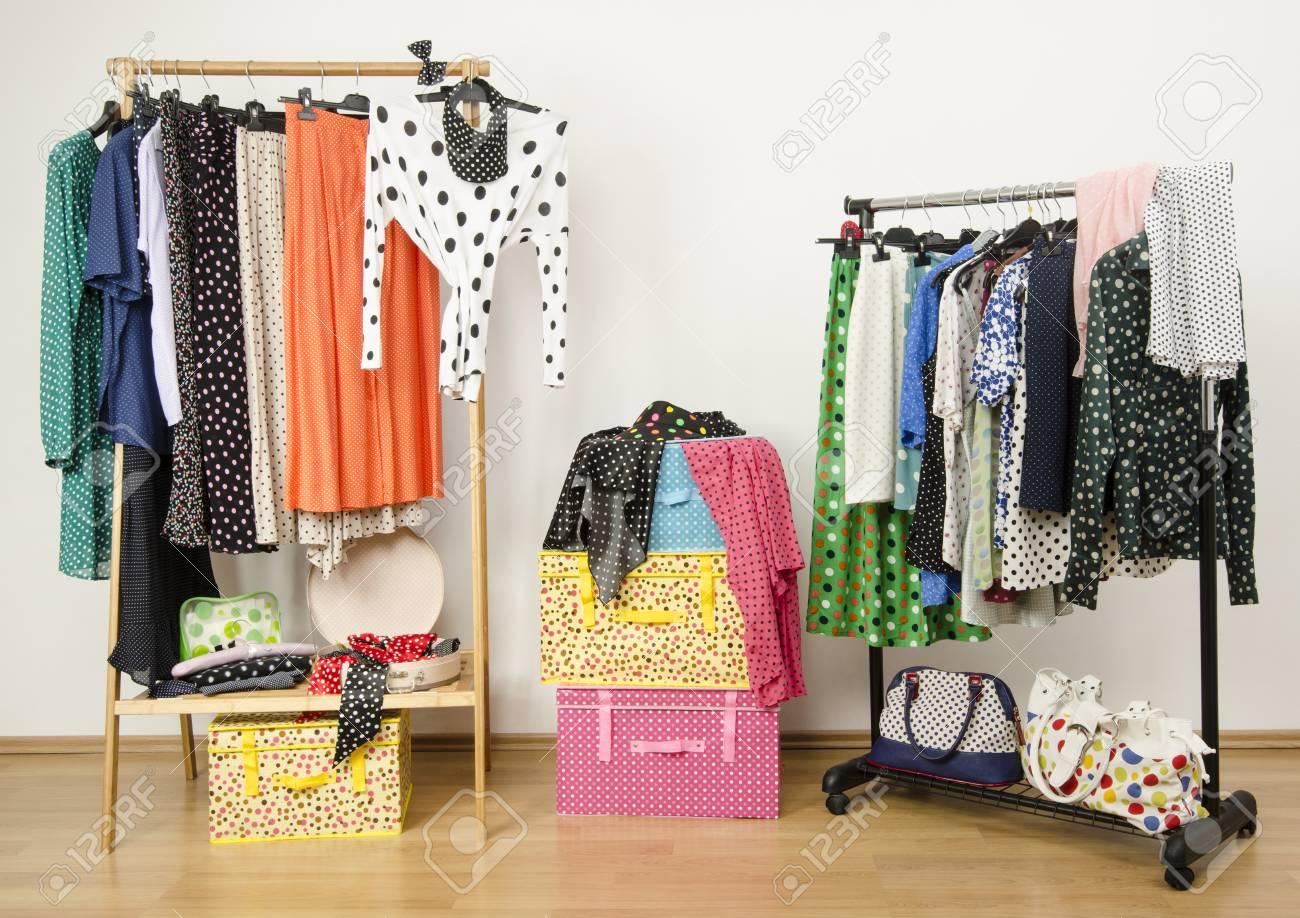 Dressing Schrank Mit Tupfen Kleidung Auf Bugeln Angeordnet Bunte