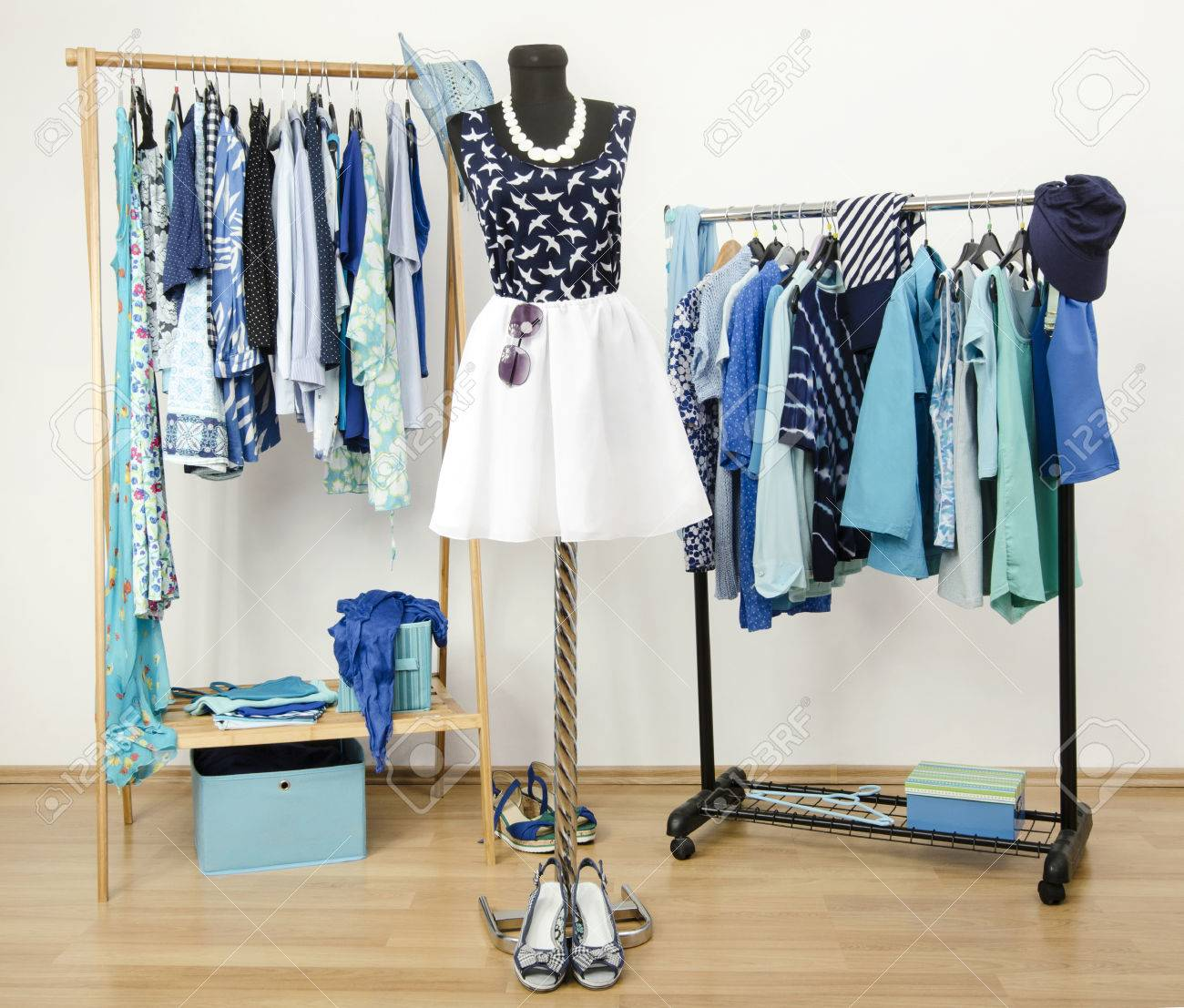 Los Azul Verano Ropa Con De Tonos Vestir PerchasTraje Un Y Dispuestos ManiquíLleno Armario Todos En Lindo RopaZapatos 7b6ygYfv