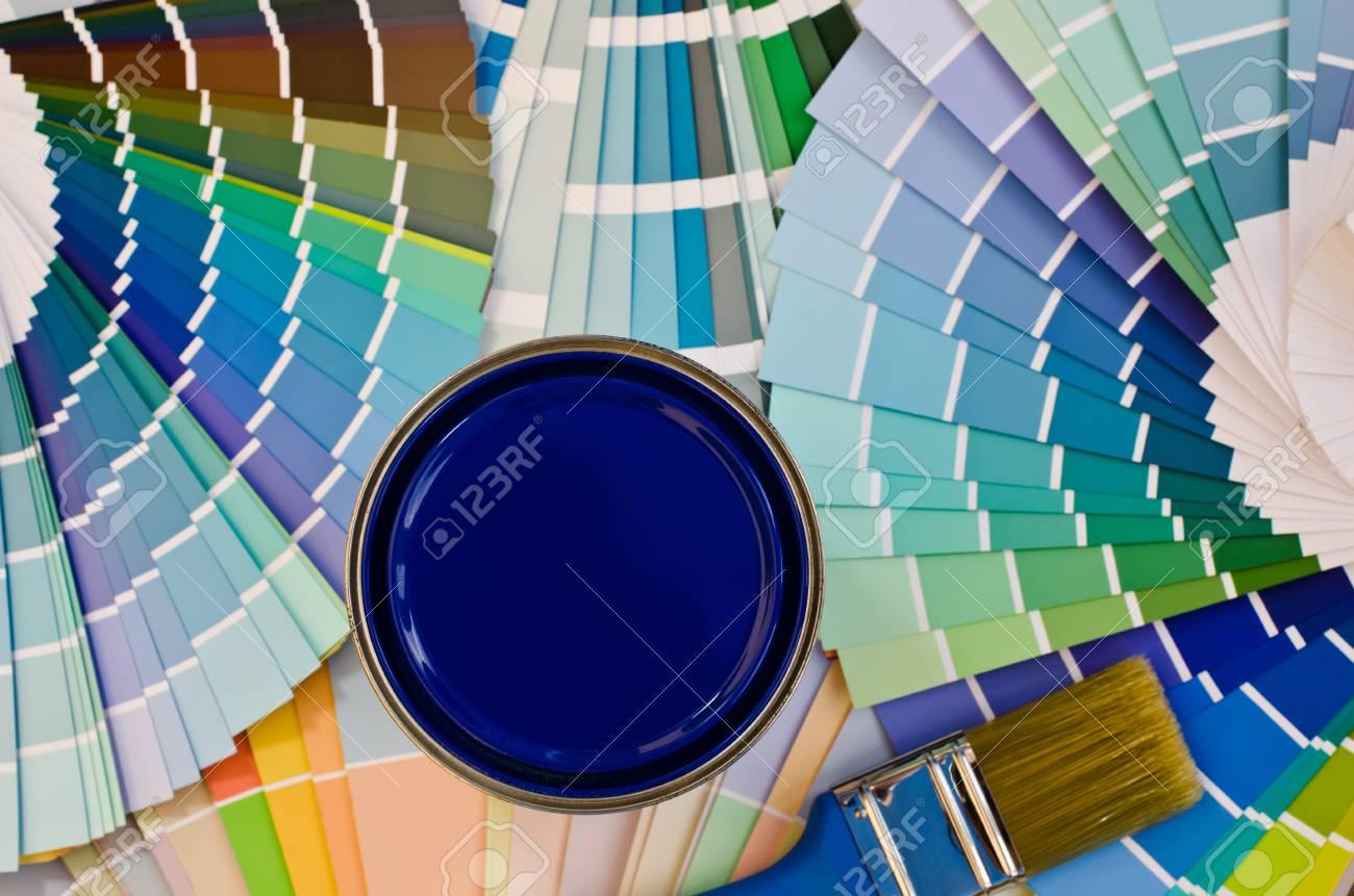 banque dimages peinture bleu chantillon nuancier avec diffrentes nuances de bleu et bote de peinture bleue avec une brosse