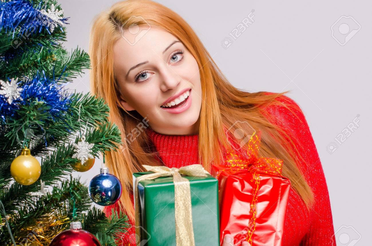 Schöne Junge Frau Lächelnd Sie Ein Weihnachtsgeschenk Anbietet ...