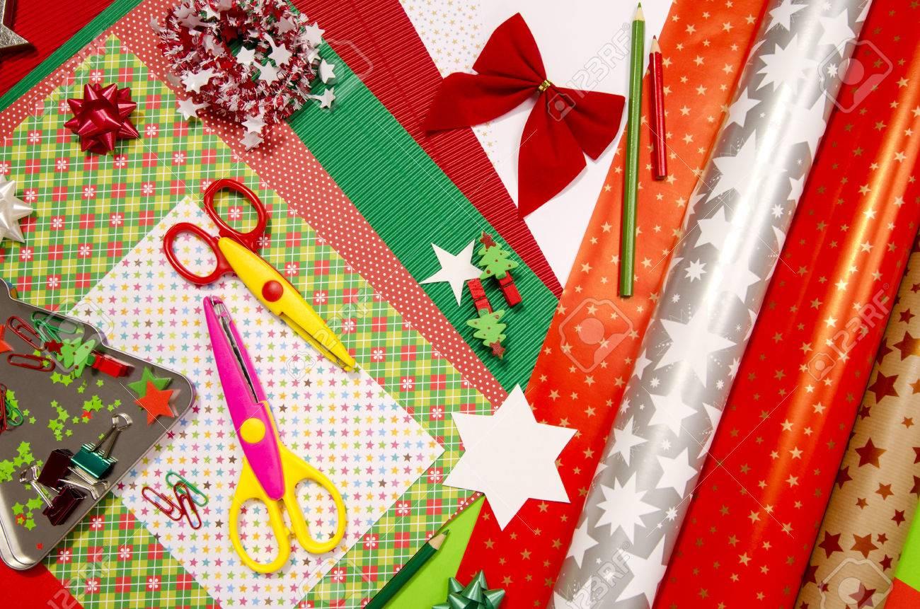 Kunst Und Bastelbedarf Für Weihnachten. Bunte Geschenkpapier Rollen ...