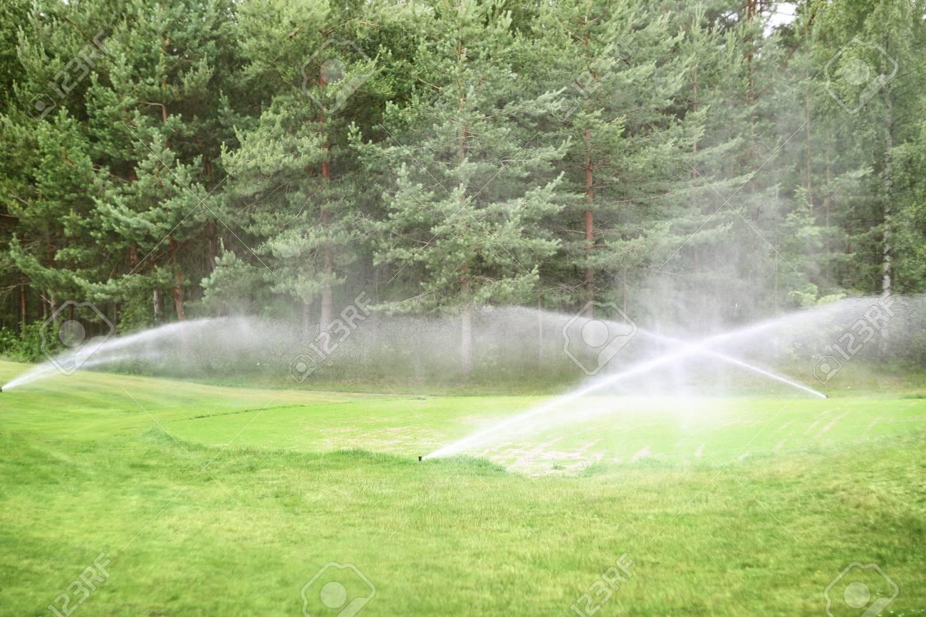 Sprinkler Automatische Bewasserung Am Golfplatz Hautnah Lizenzfreie