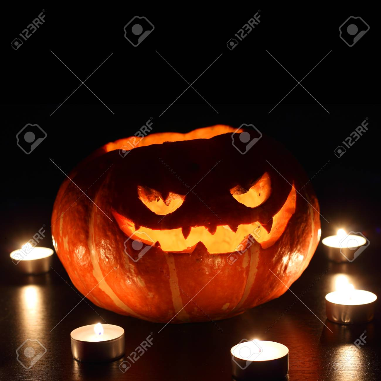 Pompoen En Halloween.Verlichte Leuke Halloween Pompoen En Brandende Die Kaarsen Op Zwarte Achtergrond Wordt Geisoleerd