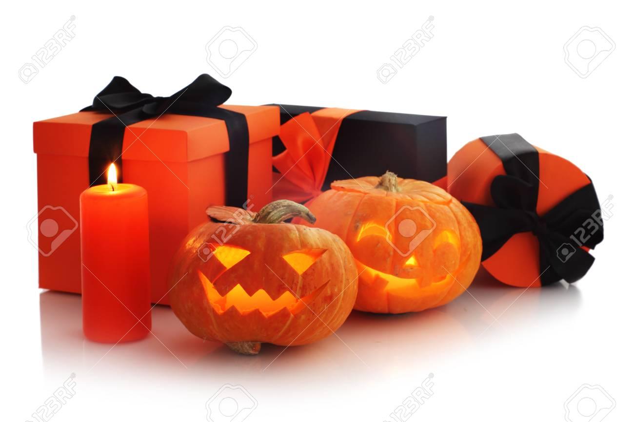 Pompoen En Halloween.Halloween Pompoen En Geschenken Geisoleerd Op Een Witte Achtergrond Hoek Samenstelling Met Kopie Ruimte