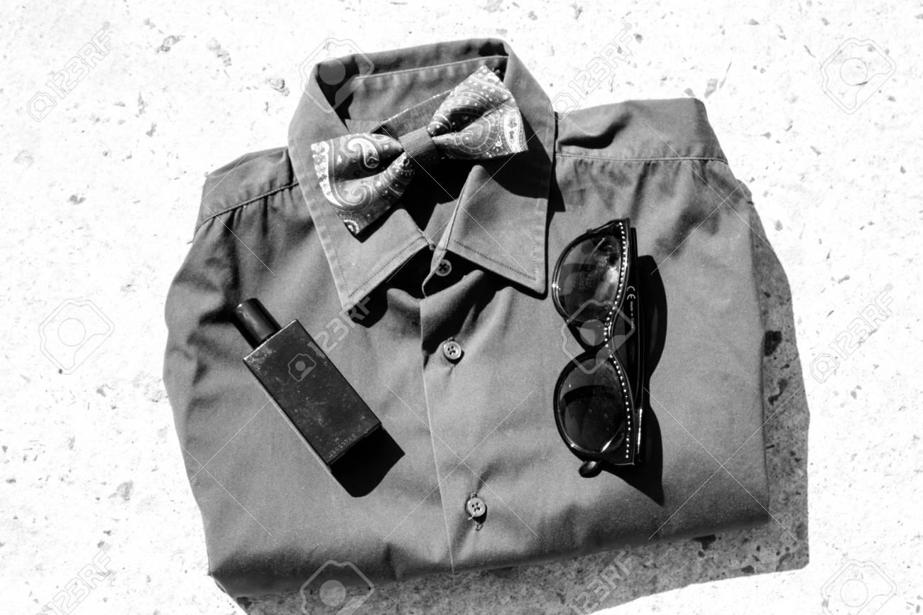 284d8ac23678e6 Immagini Stock - Camicia Da Uomo Alla Moda Con Accessori Image 63312624.