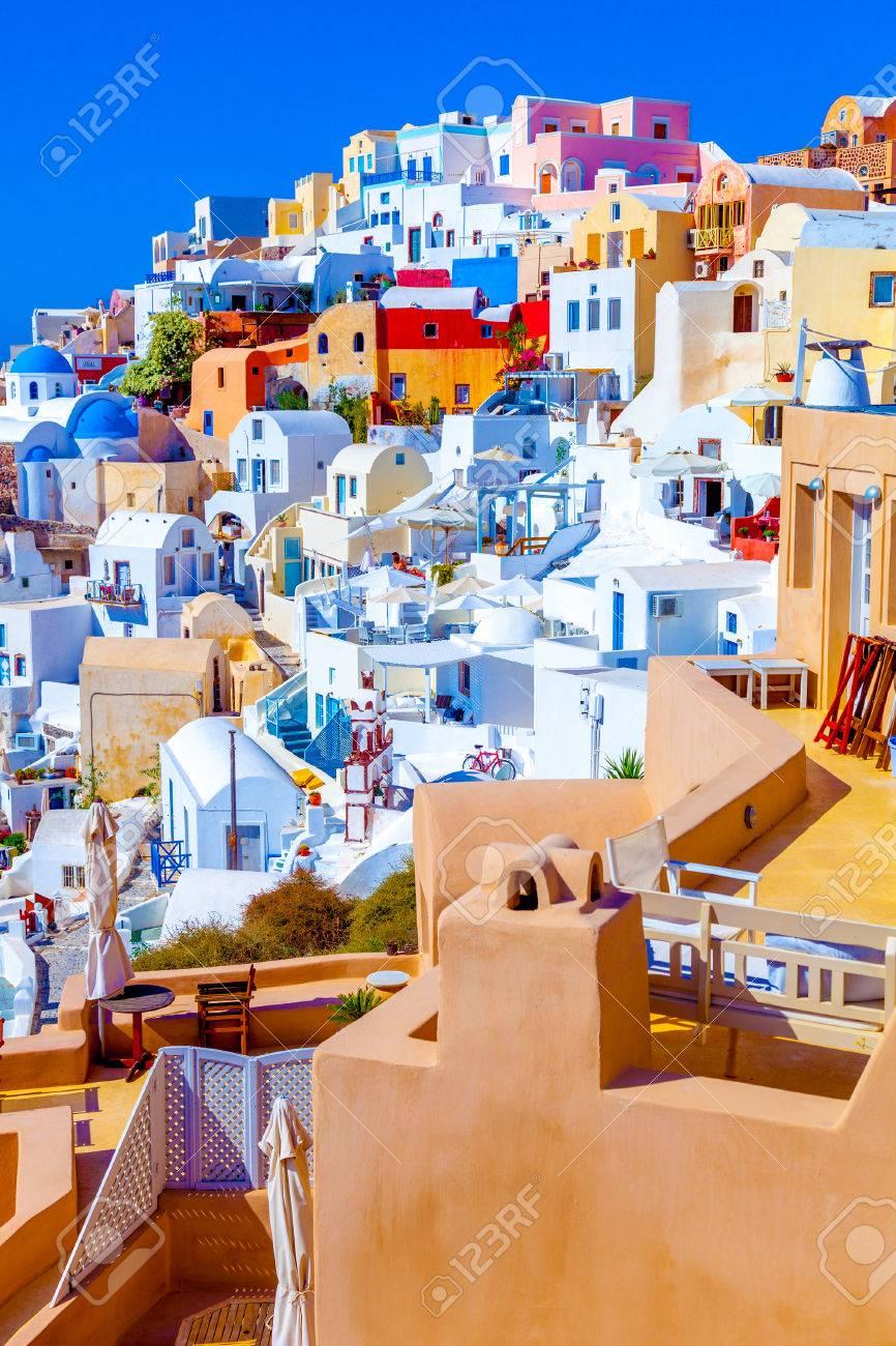 Oia Santorini Griechenland, Ansicht Der Hübschen Bunten Häusern Das ...