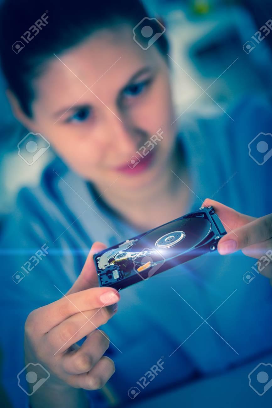 Banque d'images - fille étudiant avec un <b>disque dur</b> de <b>disque dur</b> dans les ... - 34147346-fille-tudiant-avec-un-disque-dur-de-disque-dur-dans-les-mains-Banque-d'images