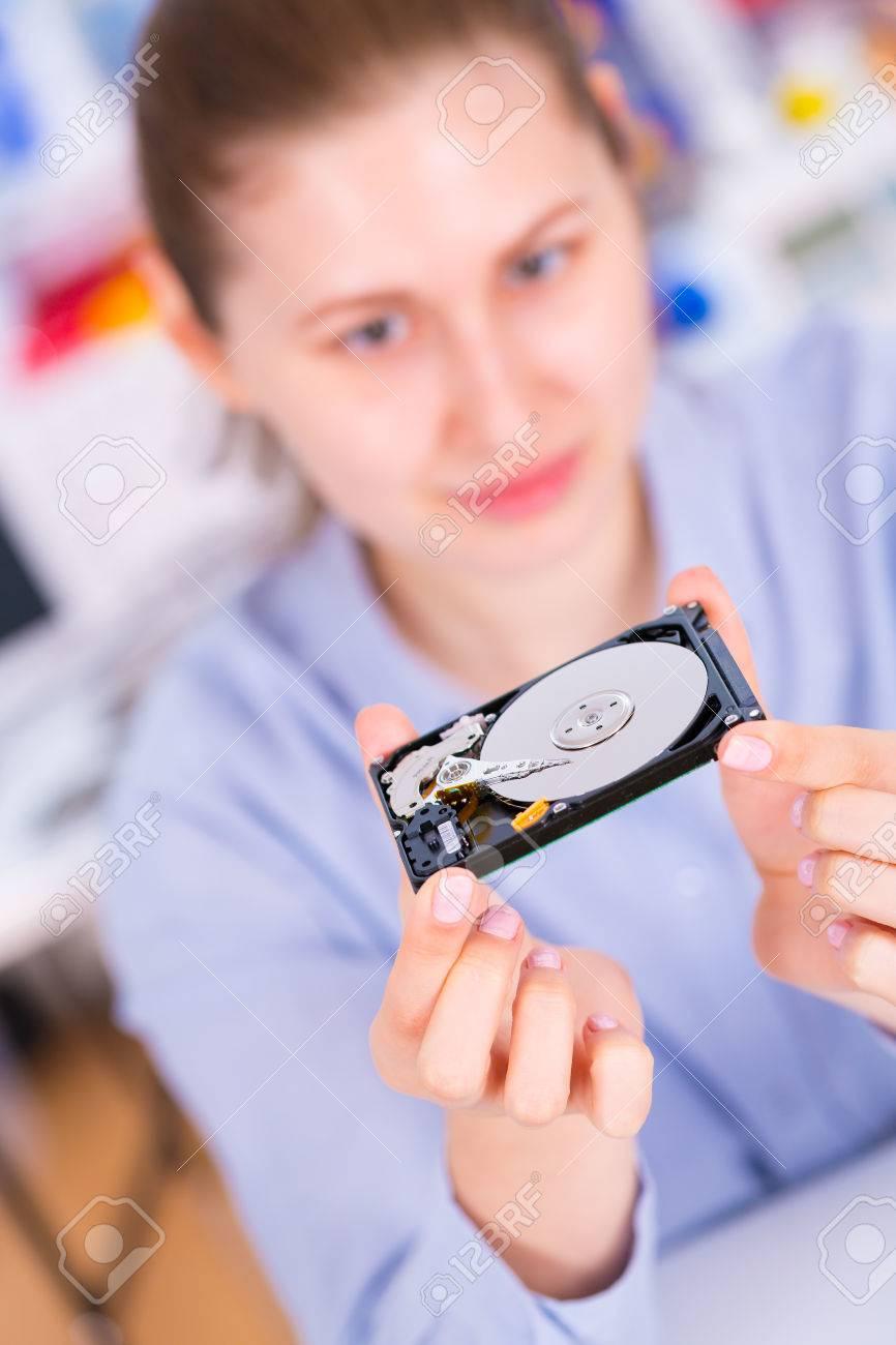 Banque d'images - fille étudiant avec un <b>disque dur</b> de <b>disque dur</b> dans les ... - 44727827-fille-tudiant-avec-un-disque-dur-de-disque-dur-dans-les-mains-Banque-d'images