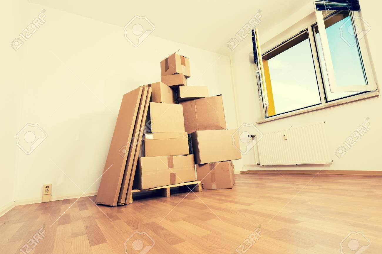 Banque Du0027images   Boîtes En Carton Dans Un Appartement Vide. Emménager Dans  Un Nouvel Appartement