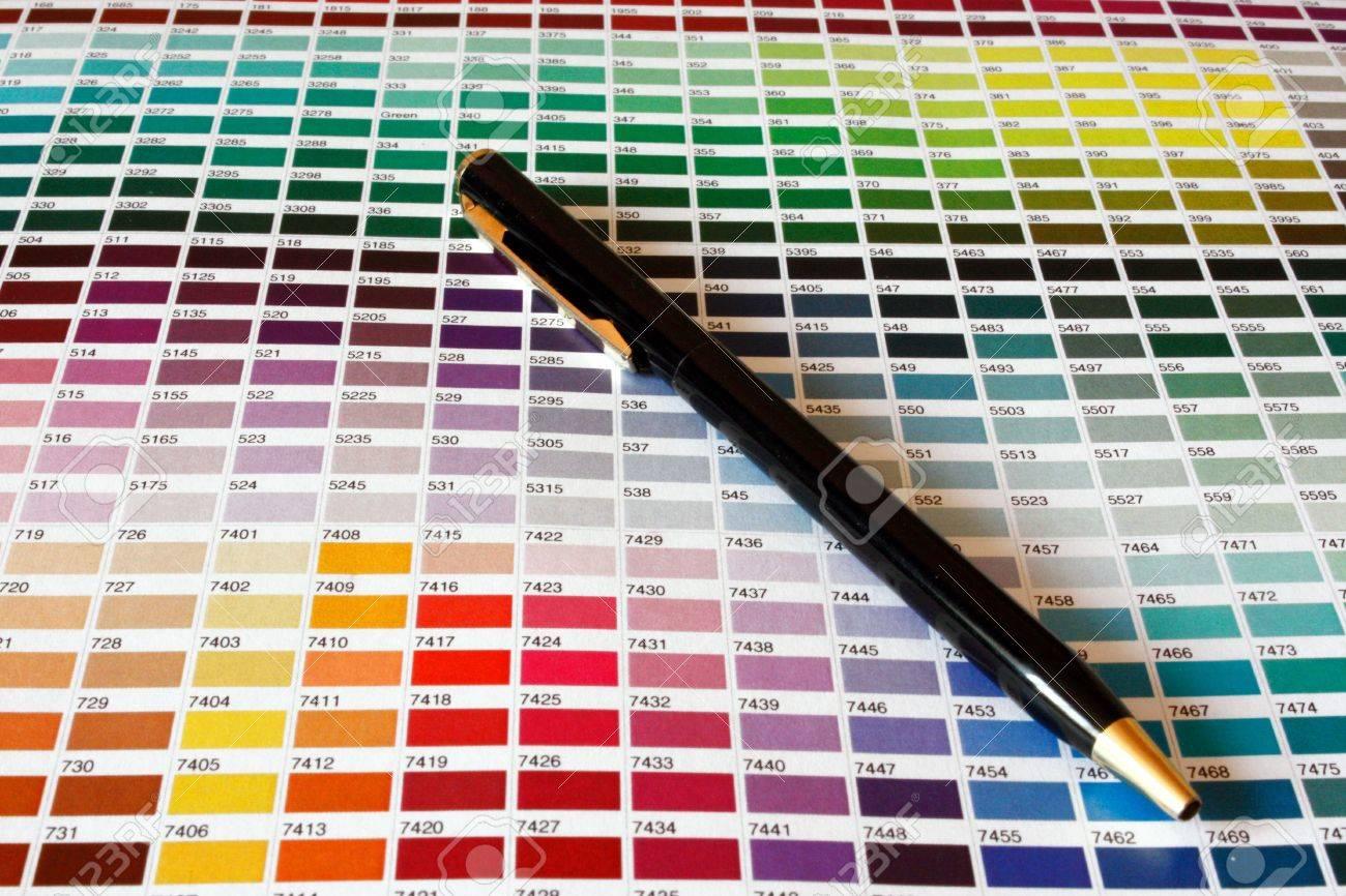 Abrir El Catálogo De Colores Pantone De La Muestra Fotos, Retratos ...