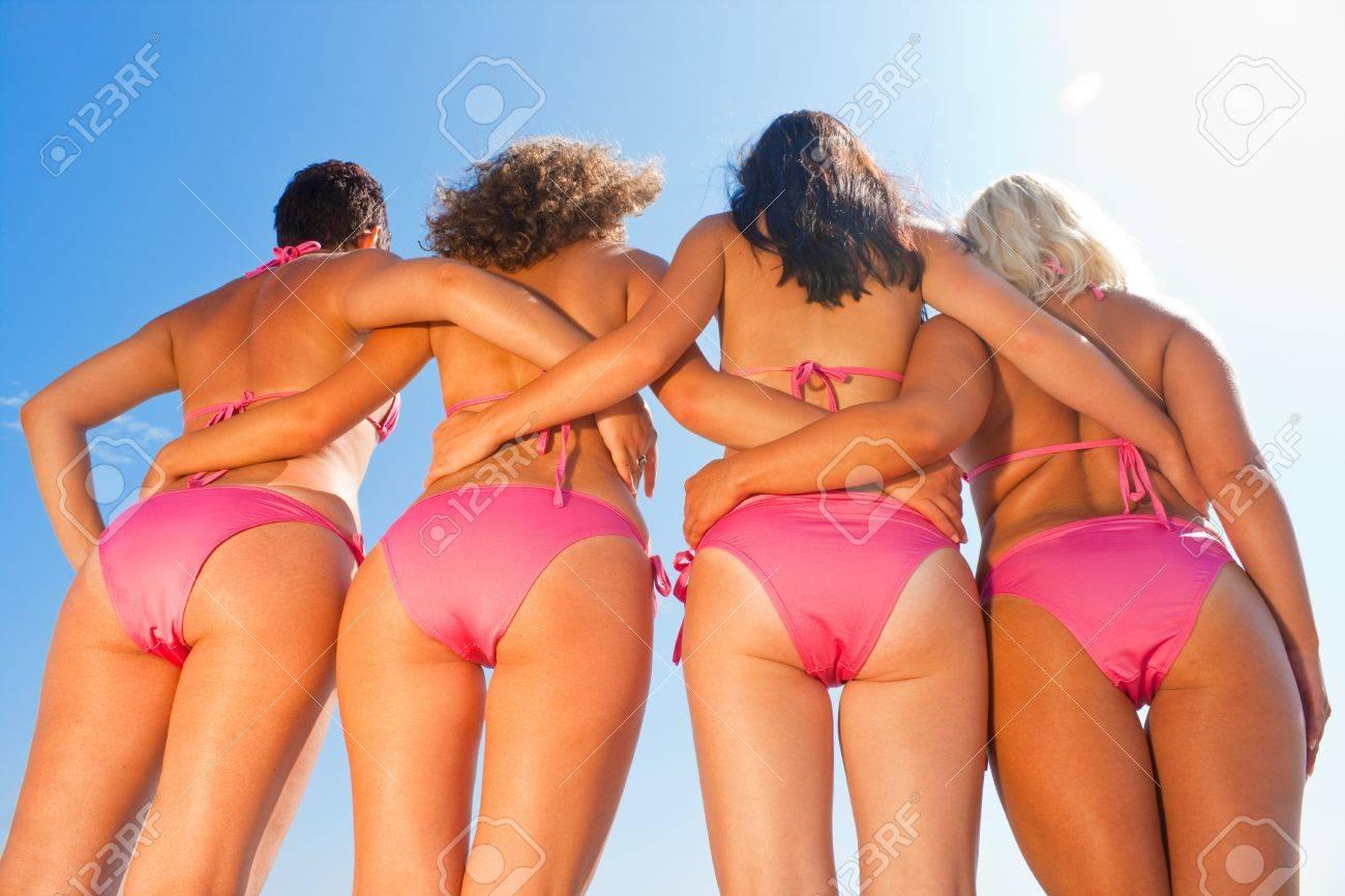 ebba8cd8c294 Parte inferior de las muchachas jóvenes en bikini rosa contra el cielo azul