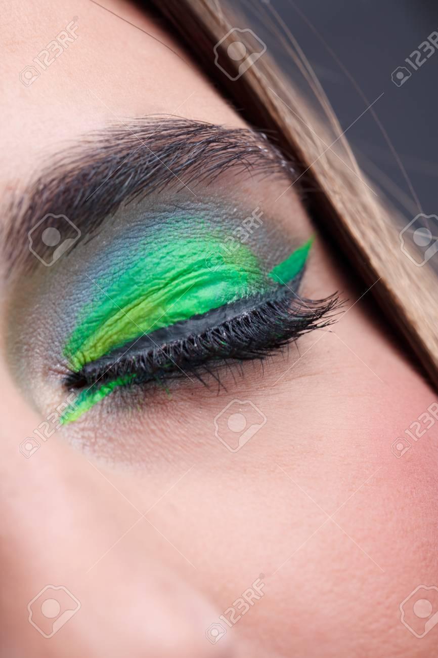 Moderne Stilvolle Geschlossenen Augen Make Up Mit Grunem Lidschatten