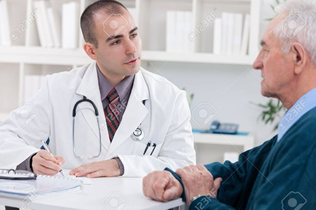 doctor explaining diagnosis to his male patient. Stock Photo - 21259621