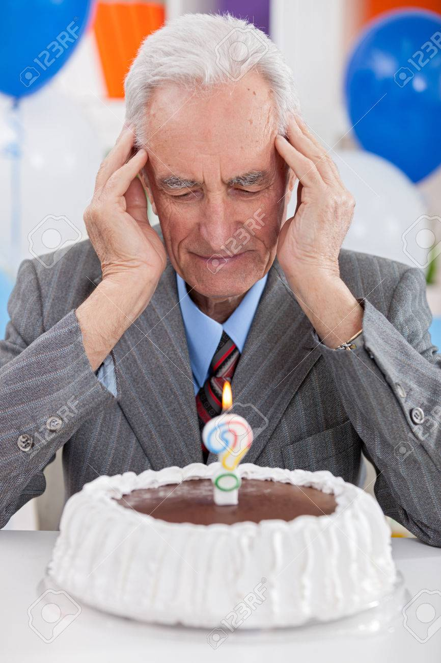 Immagini Stock Uomo Anziano Guardando Torta Di Compleanno Pensieri