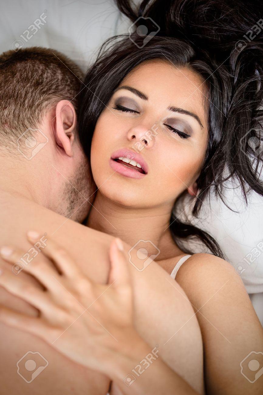 amore ed erotismo in camera da letto, coppia a letto con sesso e ... - Sesso In Camera Da Letto