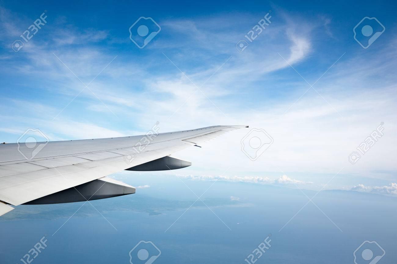 Meer Und Flugzeug Flügel Blick Aus Dem Flugzeug Fenster Lizenzfreie
