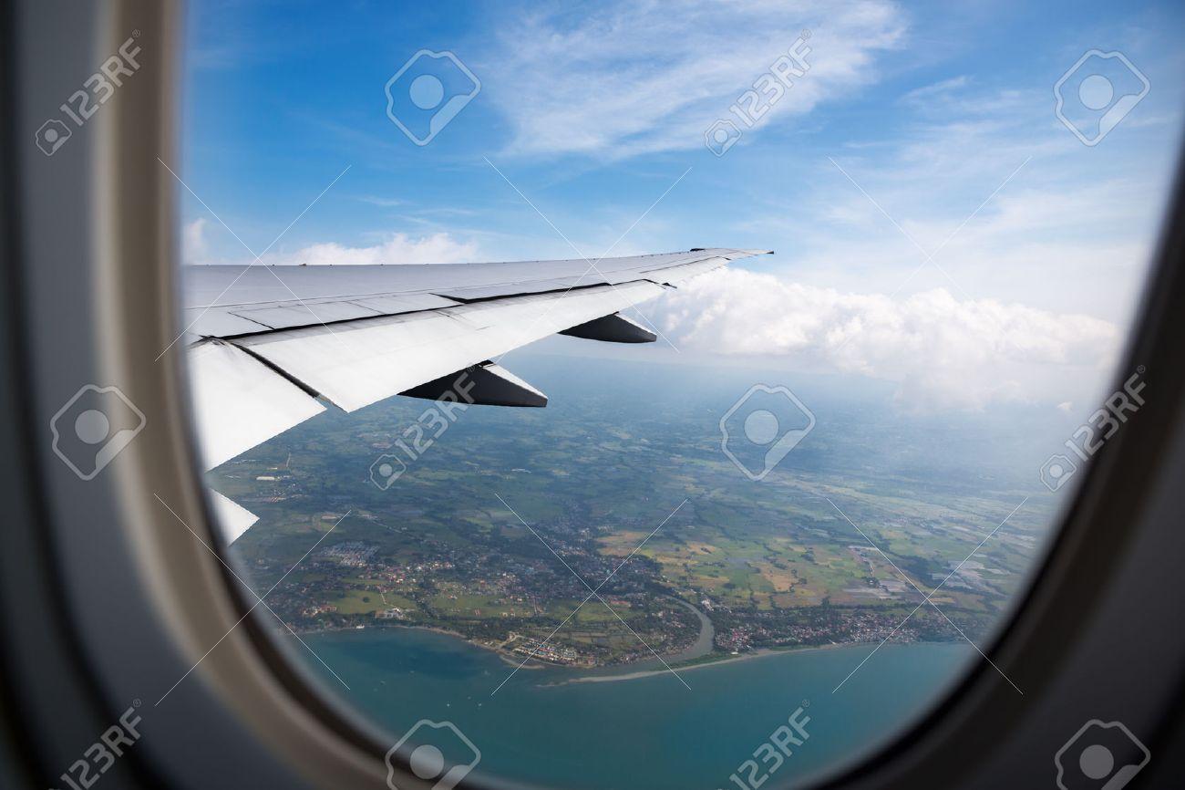 Erde Meer Und Flugzeug Flügel Blick Aus Dem Flugzeug Fenster