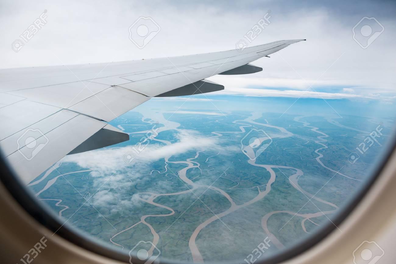 Der Blick Aus Dem Flugzeug Fenster Auf Den Boden Mit Flüssen