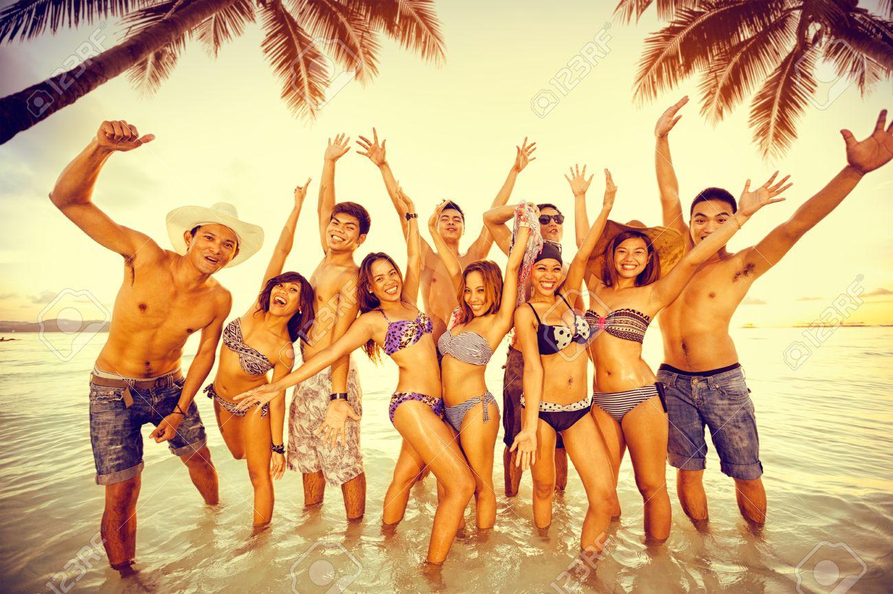Les Saisons - Page 3 43804778-Groupe-de-personnes-b-n-ficiant-sur-la-plage-partie-amis-amuser-sur-les-vacances-d-t--Banque-d%27images