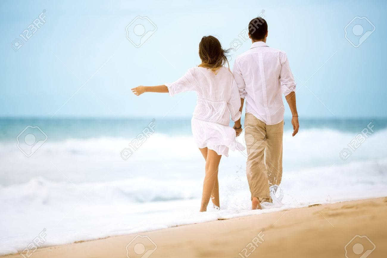 Couple De Dos vue de dos heureux jeune couple romantique de marche à la plage