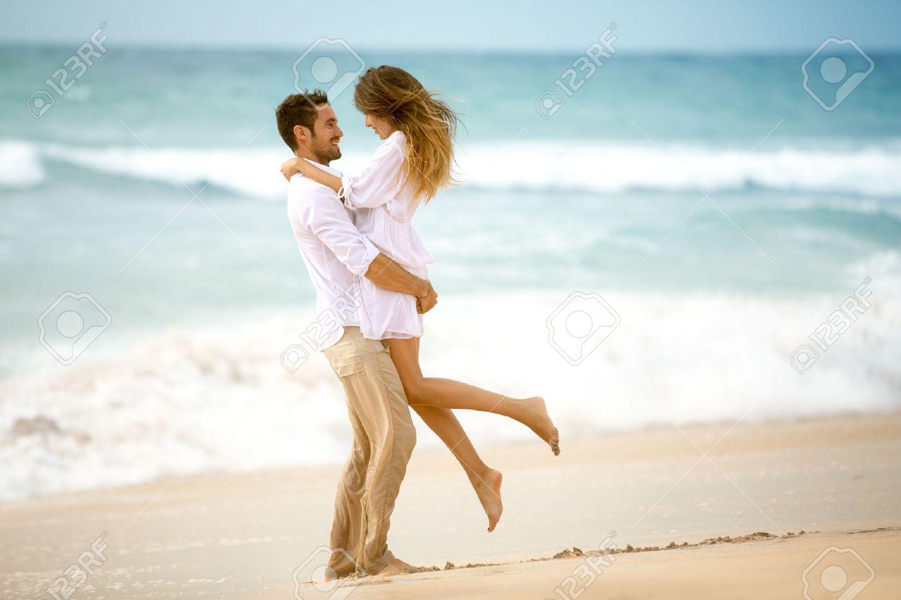 Pareja De Enamorados En La Playa Vacaciones Románticas Fotos