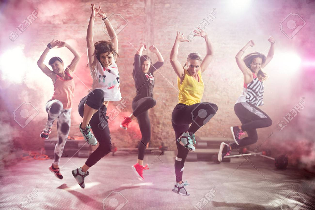 Groupe d'ajustement jeunes femmes qui dansent et l'exercice Banque d'images - 55301304