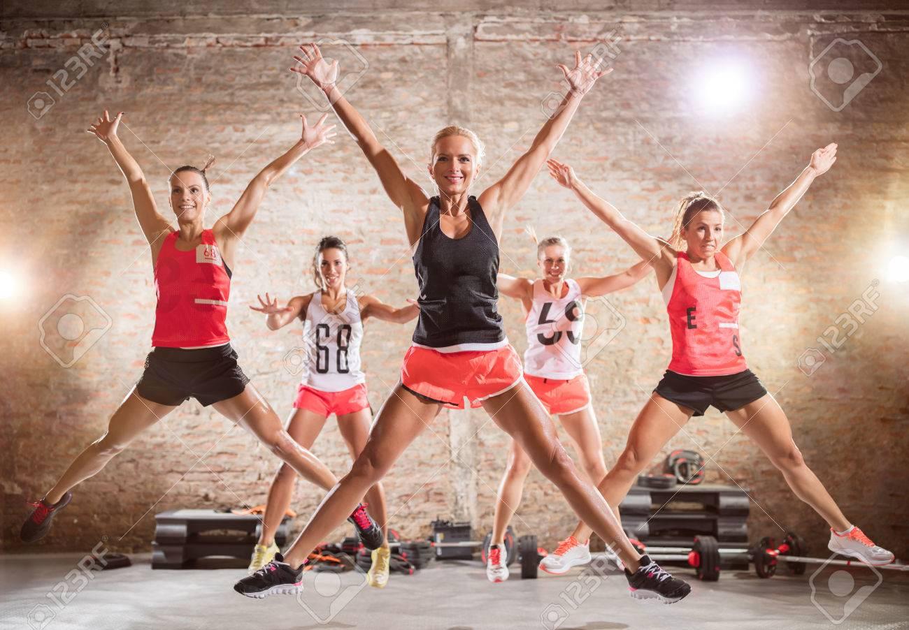 Groupe de femmes sportives qui font sauter l'exercice Banque d'images - 55301317