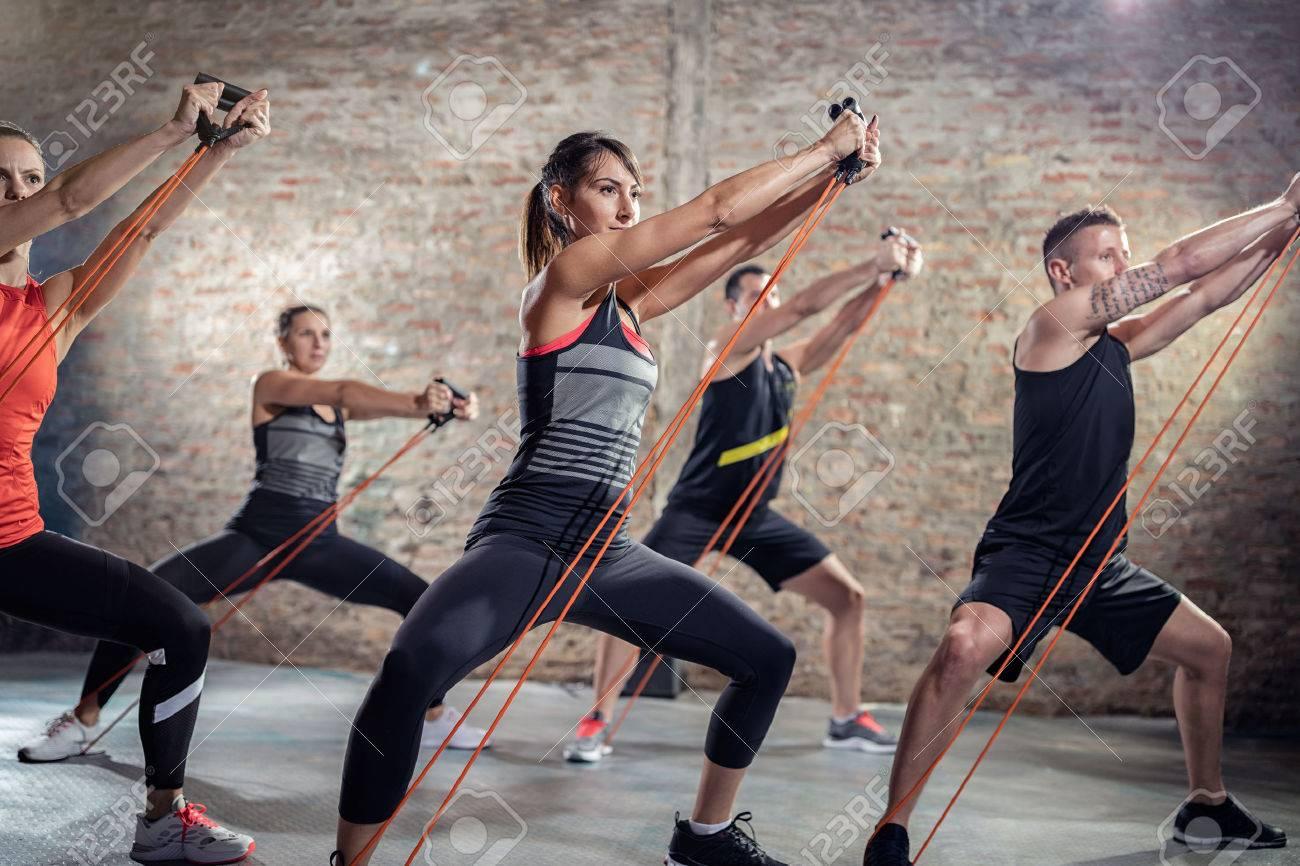 groupe exerçant avec bande élastique, classe de formation Banque d'images - 55301684