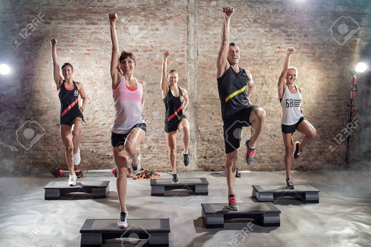 Aerobics class, group of people doing workout Banque d'images - 56319605