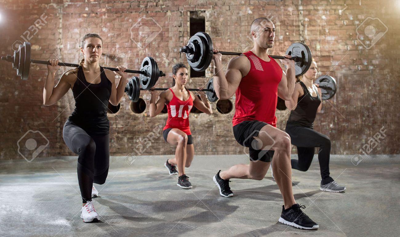 groupe de jeunes gens séance d'entraînement d'une pompe à corps d'exercice Banque d'images - 56098017